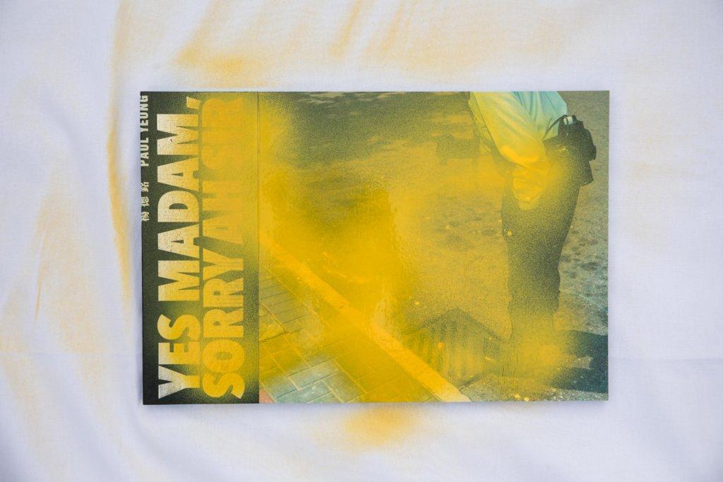 他用黃色噴罐把自己昔日一本警察為題的攝影冊染黃,創作新作《一本攝影集(或其他事物)的崩壞》。