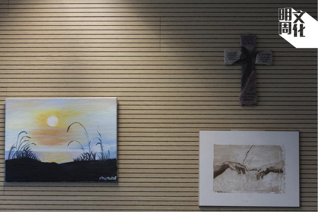 唐創時的辦公室近門口處,掛了一幅中四女生畫的油畫。
