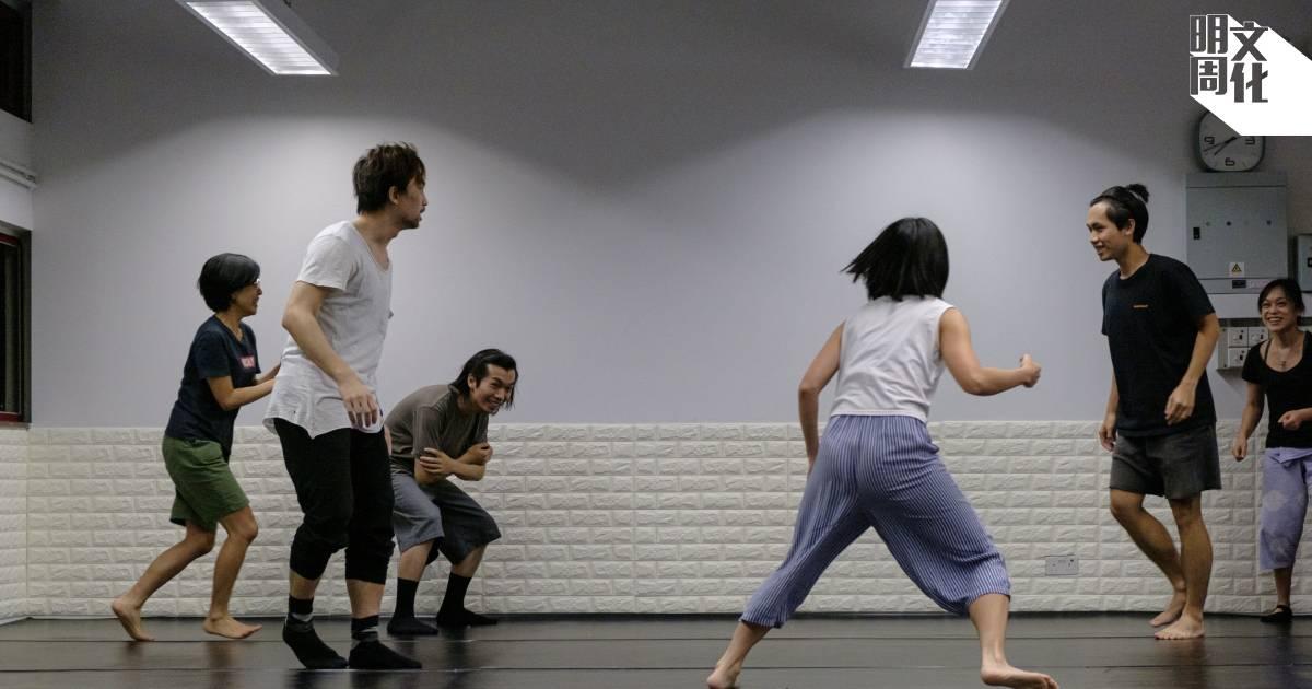 即使只是熱身,Toby和不同年紀的演員玩得不亦樂乎,盡情地跑跳、追逐。