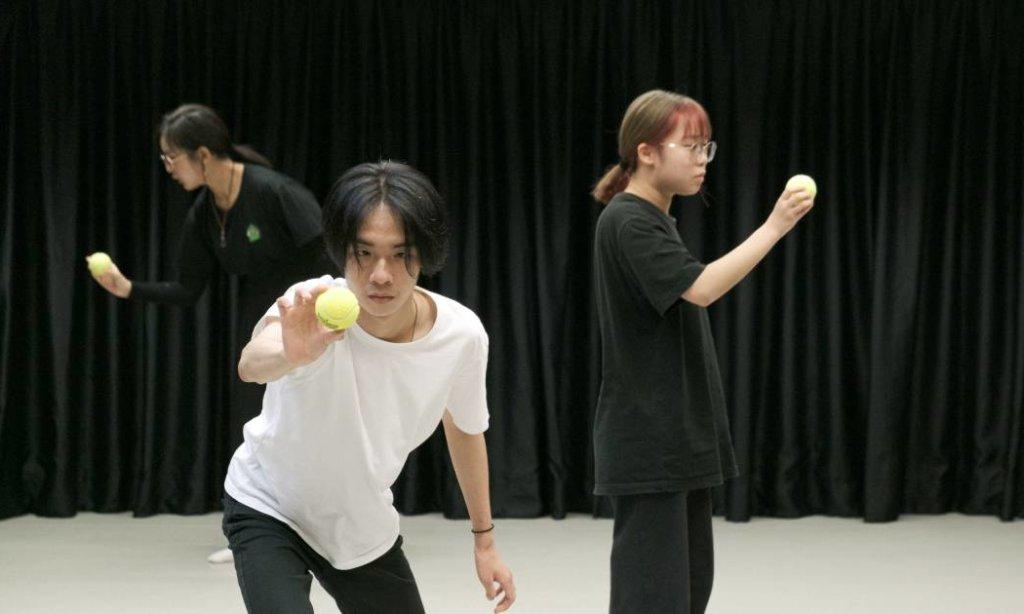 其中一個劇場表演是演員由手上的球帶動身體移動,需要專注感受球和個人的情緒。