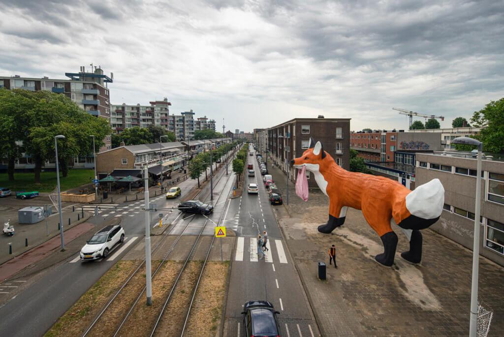 一如Hofman以往作品,巨型尺寸的動物令城中人難以忽視