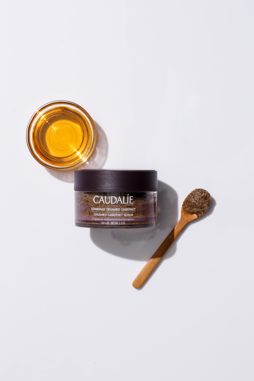 Caudalie 卡本內葡萄籽瘦身磨砂 HK$250/150g 磨砂霜含有蜂蜜、黃糖、香茅精油,以及Caudalie葡萄籽纖體精華油的六種有機抗橘皮組織成分,適合需要深層去角質和纖體的朋友,一周可兩次使用在沾濕的肌膚上,以畫圈方式按摩全身,尤其腹部、臀部和大腿部位,再以清水洗淨。不建議懷孕和母乳餵哺時使用。