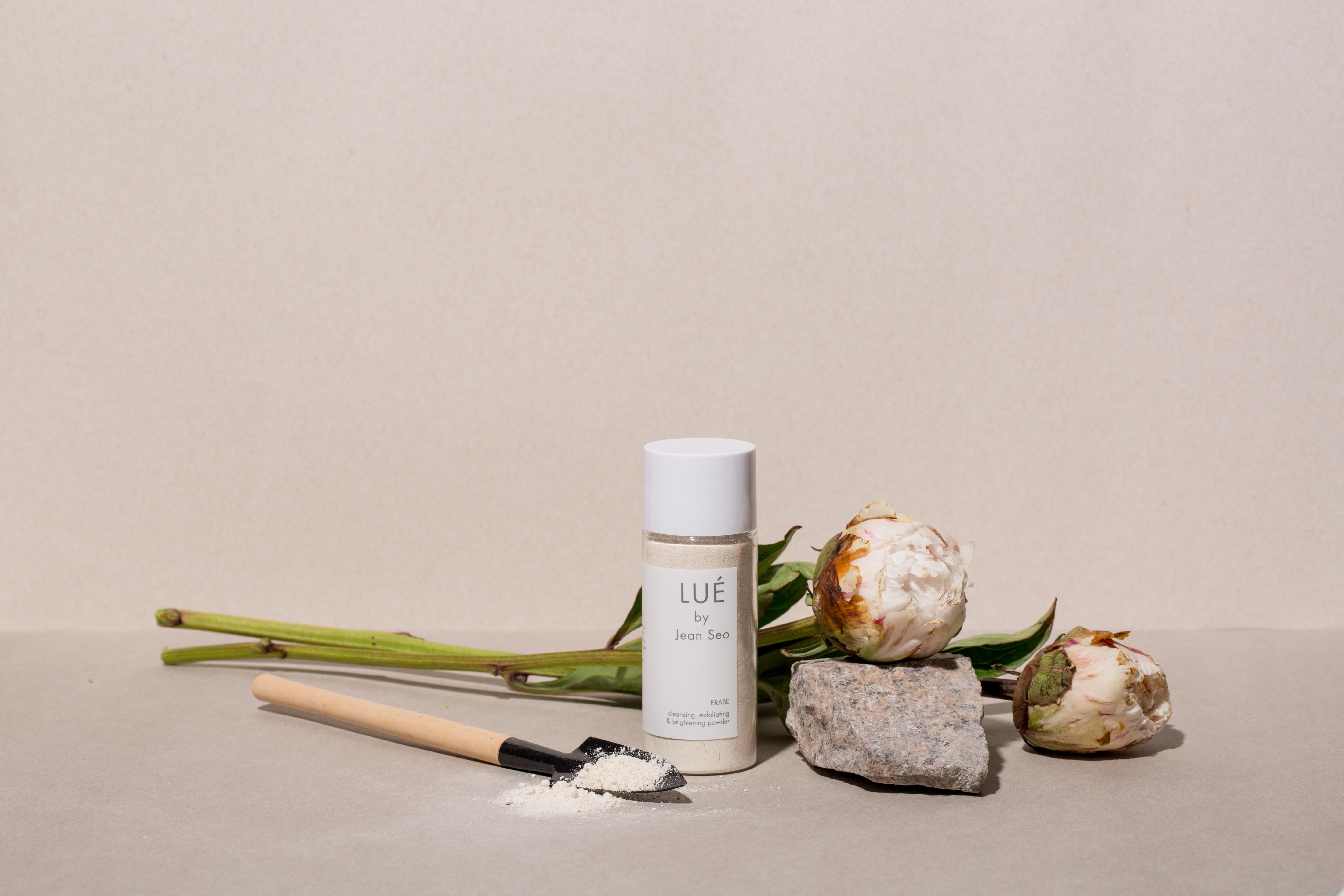 LUE BY JEAN SEO ERASE 燕麥飄霜 HK$320 集清潔、磨砂及提亮肌膚三大功效於一身,由全燕麥粒子、脫脂奶粉及碳酸鎂混合而成,溫幼細的粒子能夠減淡疤痕及皺紋,可作為日常潔面產品使用。同時預防毛孔堵塞問題,清除黑頭和角質;脫脂奶粉成分可為肌膚帶來滋潤感及養分,使膚質更嫩滑有光澤。