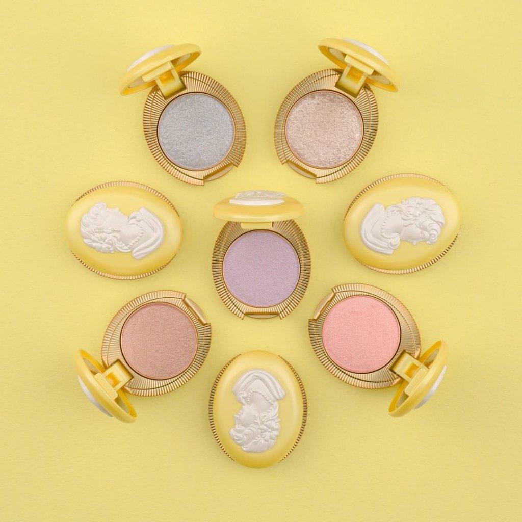 Les Merveilleuses LADURÉE宮廷浮雕閃爍眼影 $200 含精油和珠光粉末,五款限定閃爍色調,抹上透徹的亮麗色彩。