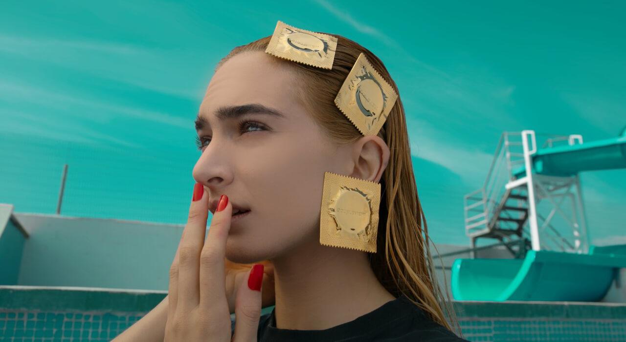 能將安全套化為頭飾的,又有幾個品牌能做得到?又有幾個能人敢如此「戴套」?