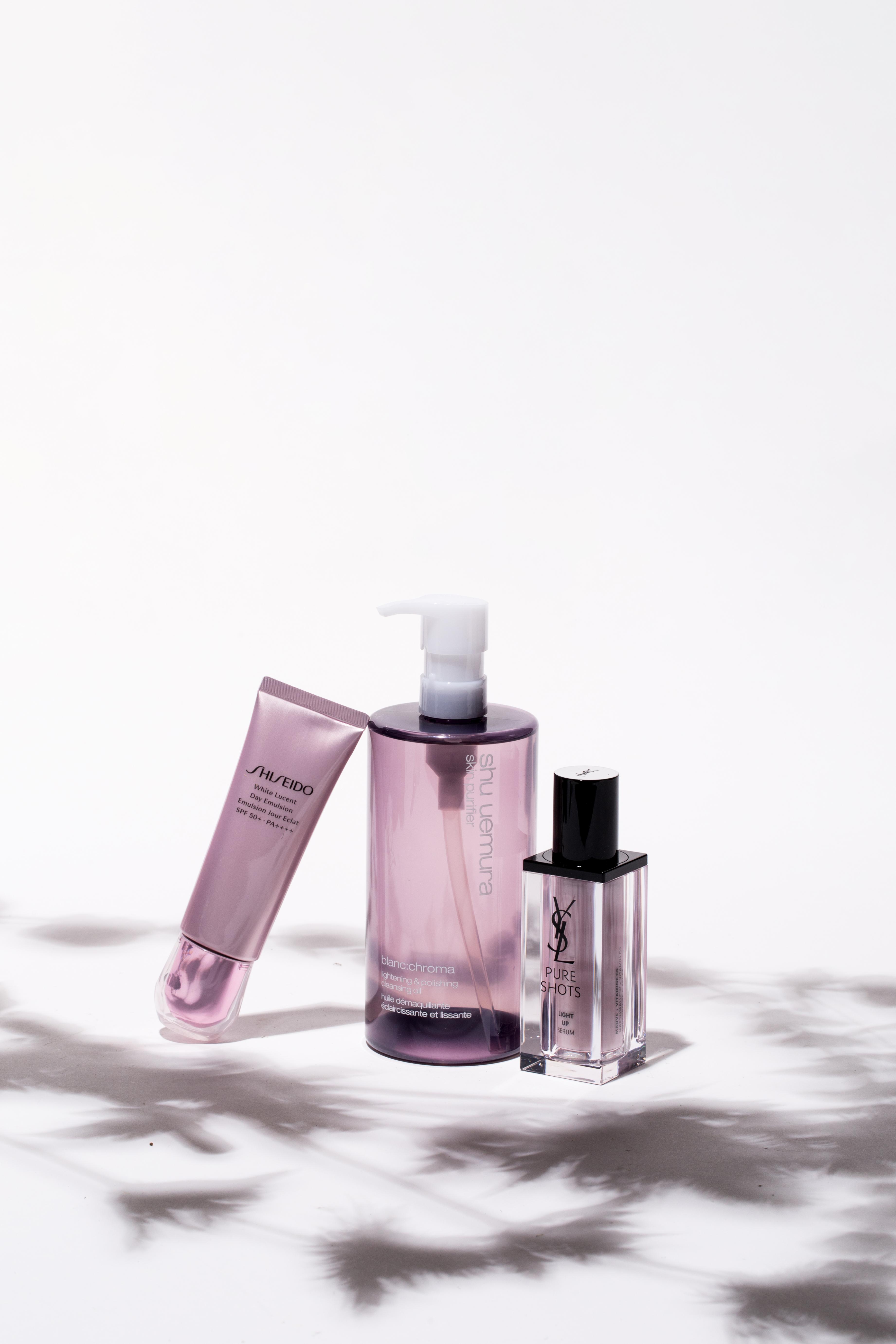 (由左至右) SHISEIDO White Lucent Day Emulsion速效美透白日間乳SPF50+ PA++++ $490/50ml 防曬最忌黏膩,這款乳液質感輕盈,內含的櫻花亮肌複合物可以截擊色斑,堵截膚色瑕疵根源。 shu uemura blanc: chroma 淨白煥顔潔顔油 $680/450ml 卸妝、潔面之餘,潔顔油蘊含的茶酵素也有助均勻膚色,提升肌膚的亮麗光澤,山桑子同時可助死皮細胞脫落,加速細胞更新,提升肌膚光線折射度。 YSL PURE SHOT LIGHT UP SERUM淨透妍亮精華 $720/30ml 培植於摩洛哥的藥蜀葵根,可以防止黑色素過量產生,維他命CG則有助提亮肌膚和減淡黑斑,適合早晚使用。
