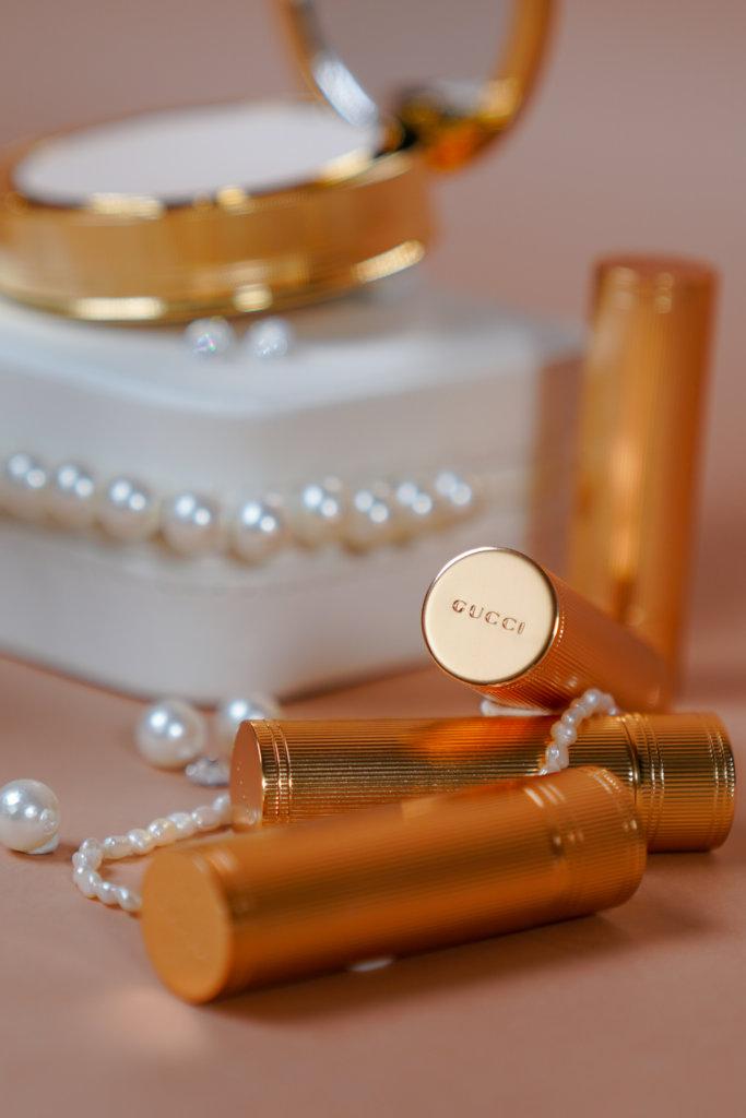 GUCCI 限量版ROUGE À LÈVRES MAT唇膏 $305 唇膏採用散發著金屬色澤的金色管狀設計,在垂直管體的方向上均勻地蝕刻了細細的螺紋槽,設計優雅又充滿藝術美感。