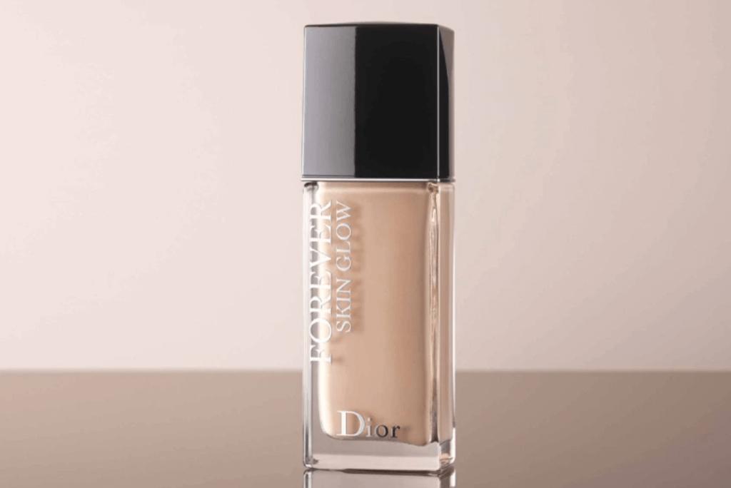 Dior Forever Skin Glow Foundation恆久貼肌亮澤粉底液 $470 膚質本來就不錯的話,其實只要局部塗抹需要突出輪廓的地方就可以。這款粉底液的保濕成分可以為妝效增添光澤,提升粉底的貼服度,局部使用能夠增強光澤,讓亮澤粉末反射光線。