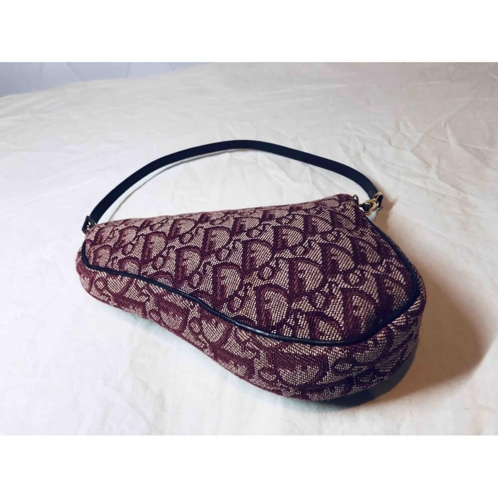 只要走進Vestiaire Collective的Vintage專區,即可以看到形形色色的中古馬鞍包與法棍包。(Dior Saddle Bag $5,360 )
