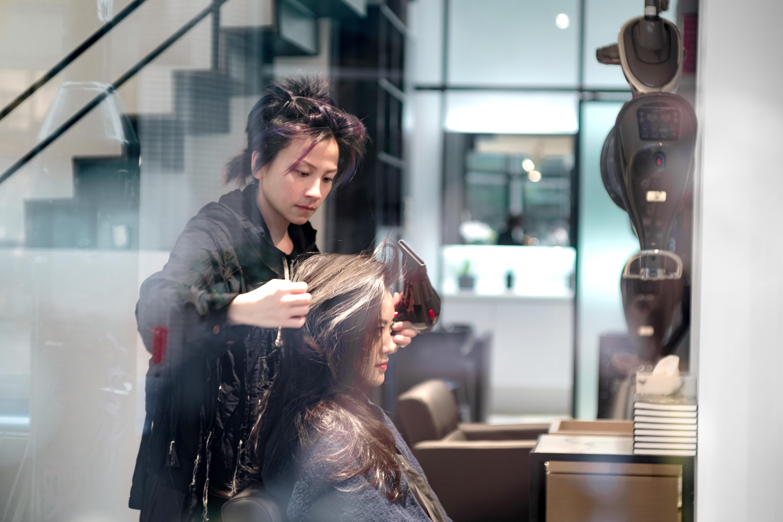 創意總監Marvin擁有二十年美髮經驗,她主理過不少時裝週造型,客人除了一眾明星藝人,更包括國外王室成員!