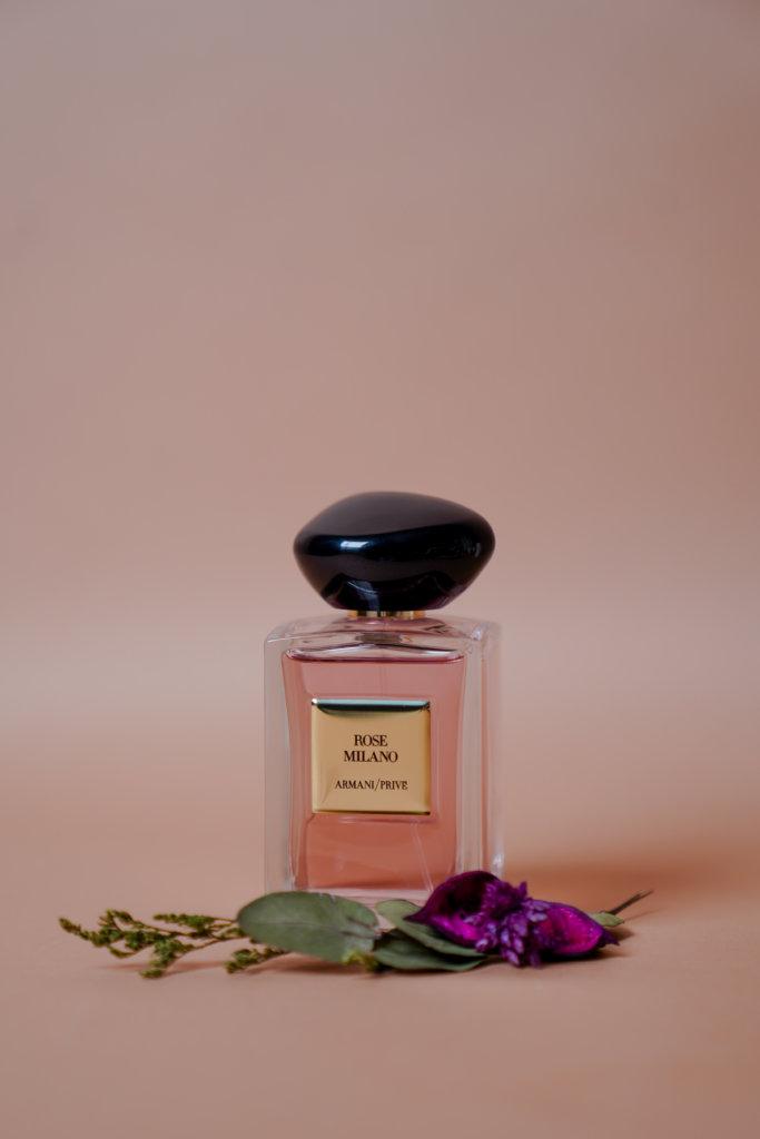 Armani Privé Haute Couture LES EAUX ROSE MILANO $1,350/100ml Privé Haute Couture高訂香水Les Eaux系列共有五款清新花果香氣,玫瑰芳香的ROSE MILANO是其中之一。它的命名歌頌了米蘭的高雅,香水包含了大馬士革玫瑰純香、檸檬花和廣藿香和柑苔。