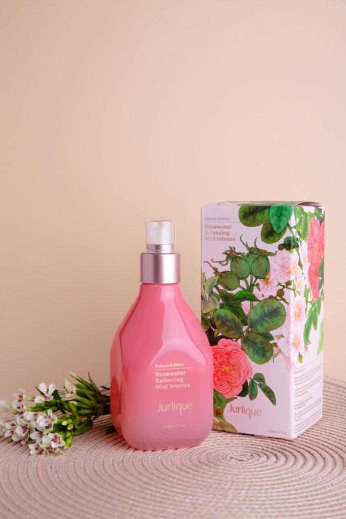 Jurlique限量版玫瑰保濕花卉水 $500 / 200ml Jurlique的玫瑰花水是品牌的皇牌,今年的限量版的設計再度與澳洲插畫師 Adriana Picker合作,為包裝添上藝術元素。