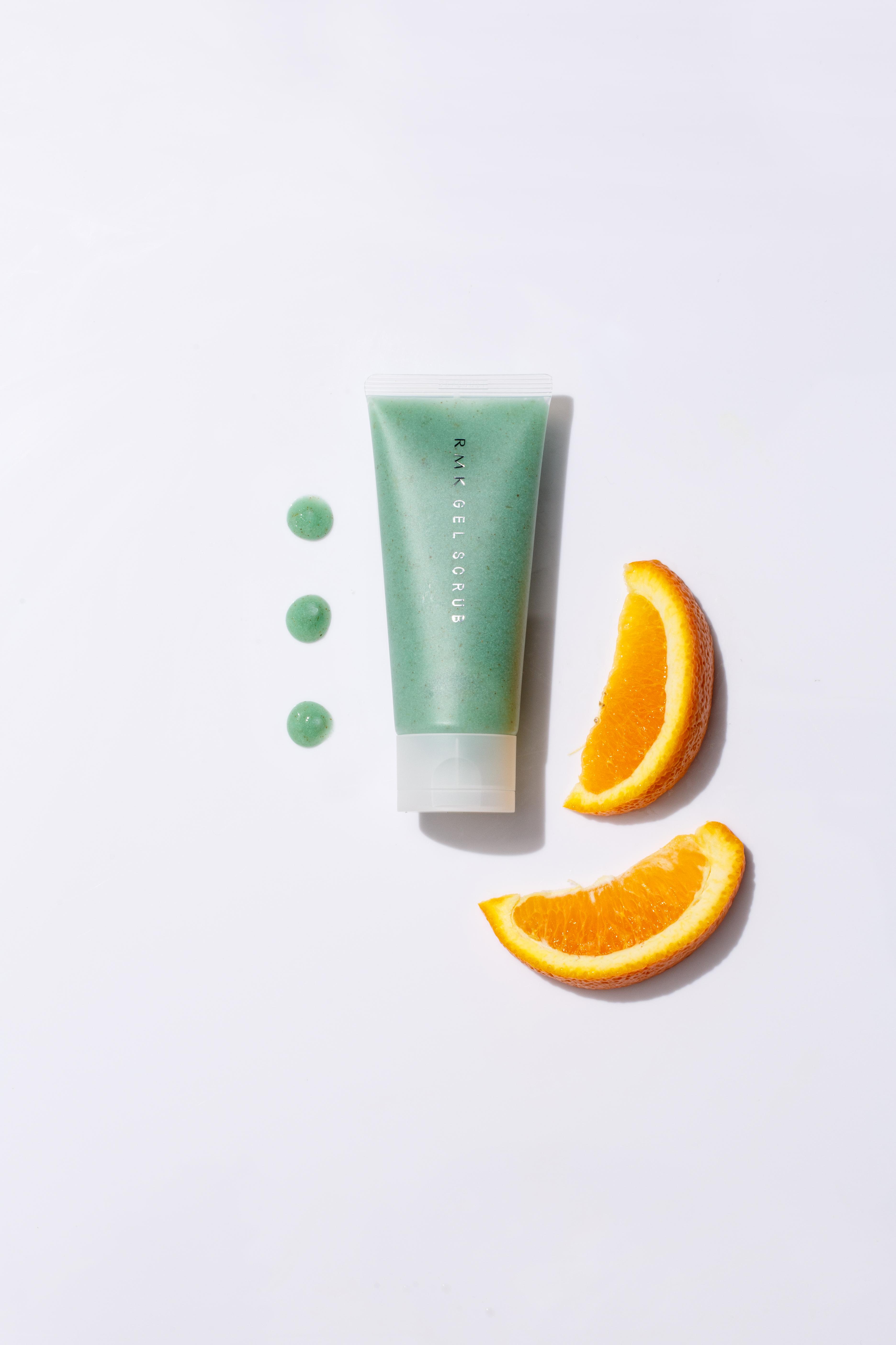 RMK 磨砂潔面膏 HK$260/100g 橙、西柚和檸檬精華的複合體,可以溫和徹底清除肌膚表面的多餘雜質,同時給予肌膚水分。全面塗開後維持一至三分鐘作面膜使用,以暖水徹底沖洗就可,能代替日常潔面產品使用。