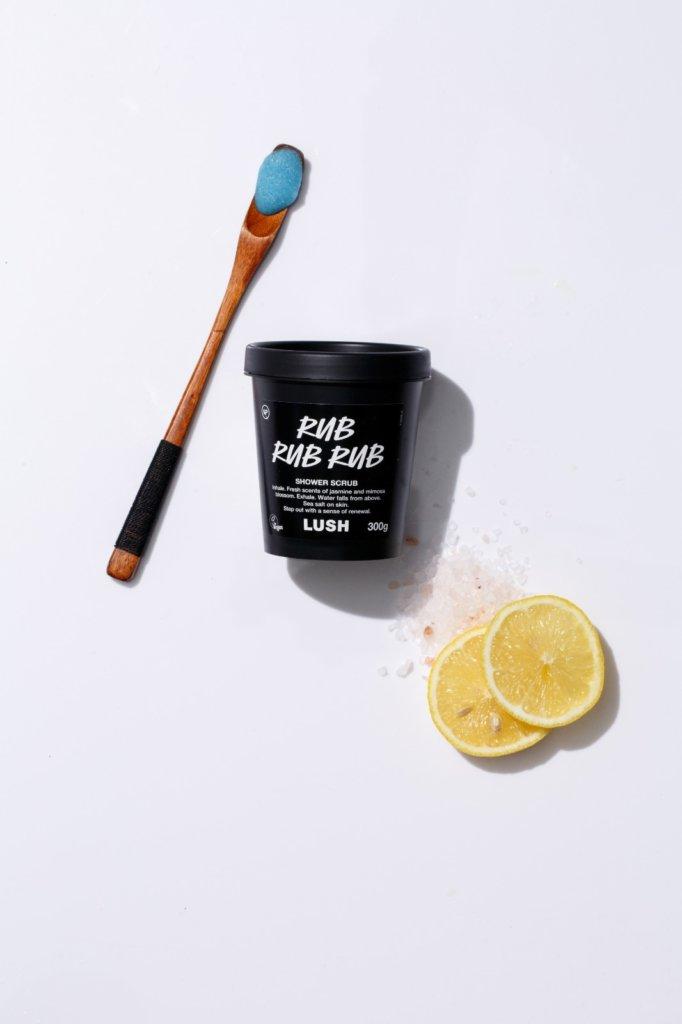 LUSH 檸汁香薰磨砂沐浴露 $165/300g 磨砂沐浴露可讓你在洗澡時順便磨砂,內含的礦物質的海鹽,能濕潤和幫乾燥肌膚去角質,如果想加強磨砂效果,可在沐浴前在皮膚重點使用。這款沐浴露的特別之處是,它可用來潔淨頭髮,內裡的檸檬汁可以為頭髮增添豐盈和光澤。