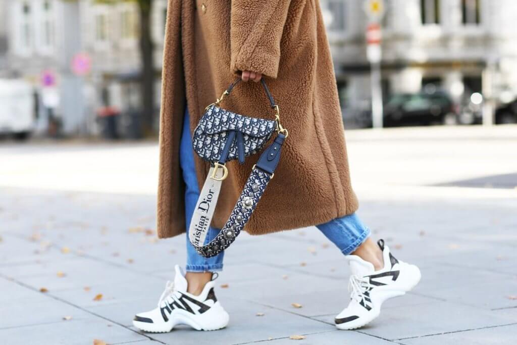 Dior女裝創意總監Maria Grazia Chiuri與男裝創意總監Kim Jones先後加持,令Saddle Bag 重新大受歡迎起來。
