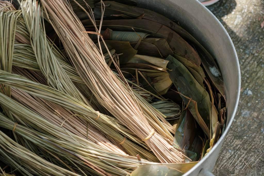 從後山採集的野生箬竹葉,放在太陽底下曬一至兩星期後,洗刷乾淨後,便能使用。