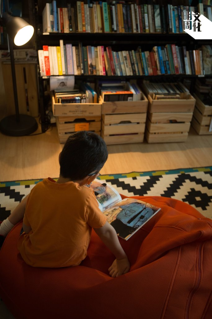 Bleak House Books有個童書書架,亦是Albert子女的圖書館。訪問當日,兒子Charlie讀過二戰圖文書後,又隨手找了本繪本讀。