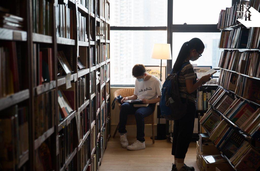 即使在平日,也有不少人特地來到Bleak House Books「打書釘」。