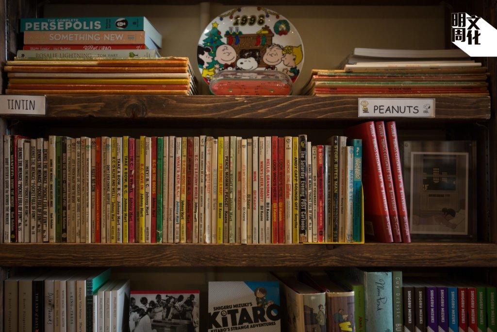 各個書架上,他都能找到不同時期讀過的書籍和漫畫,從George Orwell到《Peanuts》,從法律著作再到《Spider Man》。