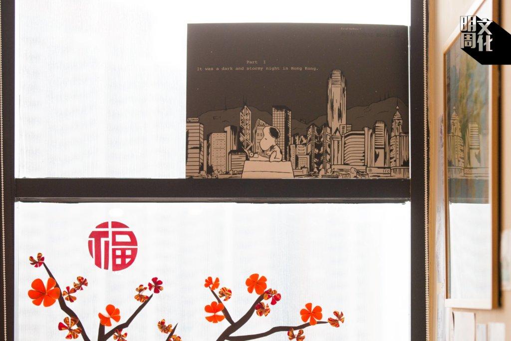 "Bleak House Books在店內貼上了這張印有""It was a dark and stormy night in Hong Kong.""的《Peanuts》海報,也在社交媒體上分享了這張圖。"