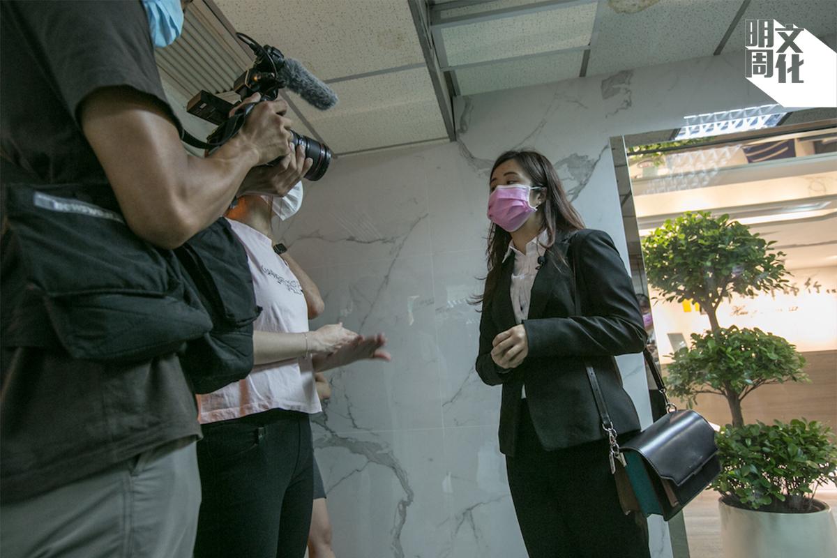示威者「呂小姐」被迫裸體搜身,事件由蔡梓蘊跟進,其後演變成metoo集會。蔡梓蘊坦言,事前未有料到,一小步會引發巨大迴響。作為少數願意公開露面的義務律師,她成為傳媒追訪的對象。