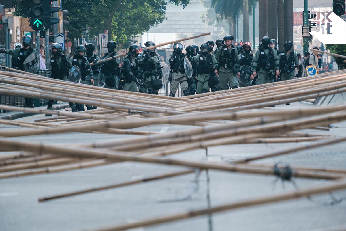 面對警方濫捕濫暴,令阿智決意走上街頭。