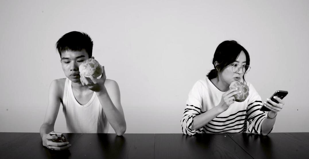 Tim與唐詩詠(右)在短片中合演,帶出互聯網能否讓我們認識一個人的真實面貌的問題。