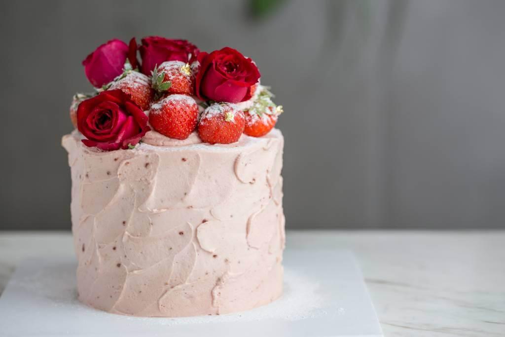 相估擁有少女心的人都會愛這款「Berry-licious」 士多啤梨戚風蛋糕。以馬達加斯加雲尼拿籽製作的戚風蛋糕,配搭士多啤梨忌廉芝士、果醬及紅桑子蛋白脆餅。圖為4吋大小($580),另設6吋($780)及7吋($980)供選擇。