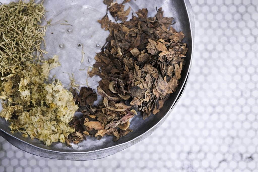 文聰指,優先選用野生藥材煎製,涼茶的功效才會顯著。圖為五花茶的主要材料,包括雞蛋花、木棉花、金銀花及菊花。公利的配方刻意沒做到那麼寒涼。