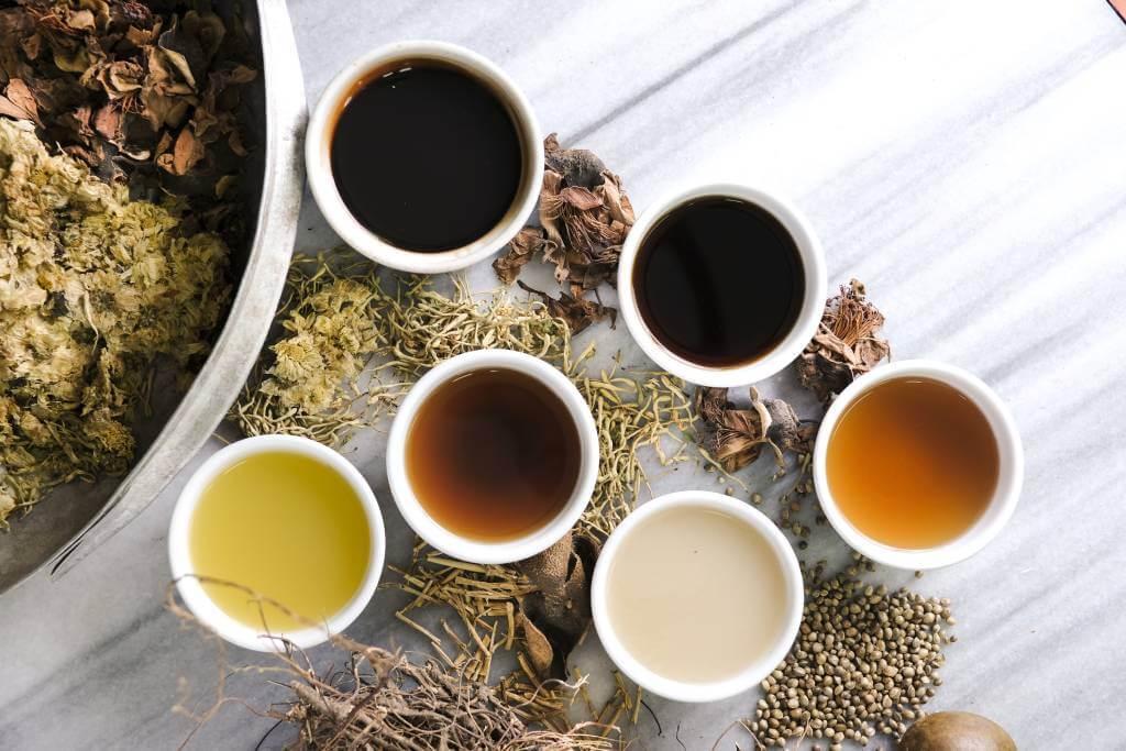 蔗汁、竹蔗茅根水、酸梅湯、五花茶、火麻仁、羅漢果水……公利現時出售的涼茶,仍然堅持在舖後廚房煎製,而非出自中央工場,實屬難得。