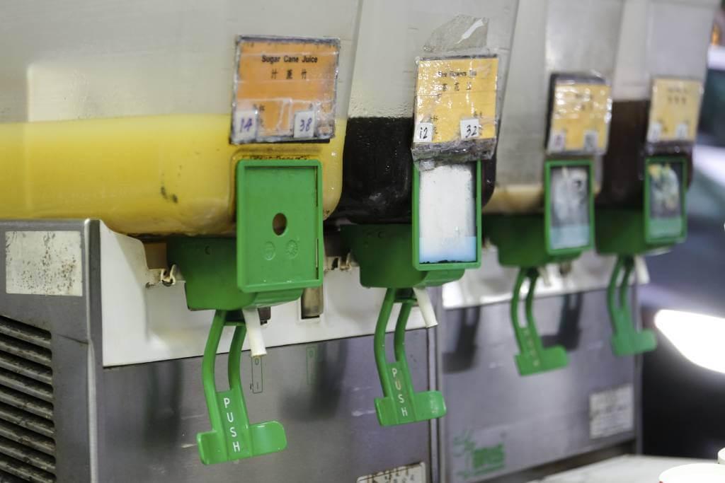 果汁機都裝了沉澱物較多的凍涼茶,包括酸梅湯、蔗汁等,並不時攪拌。