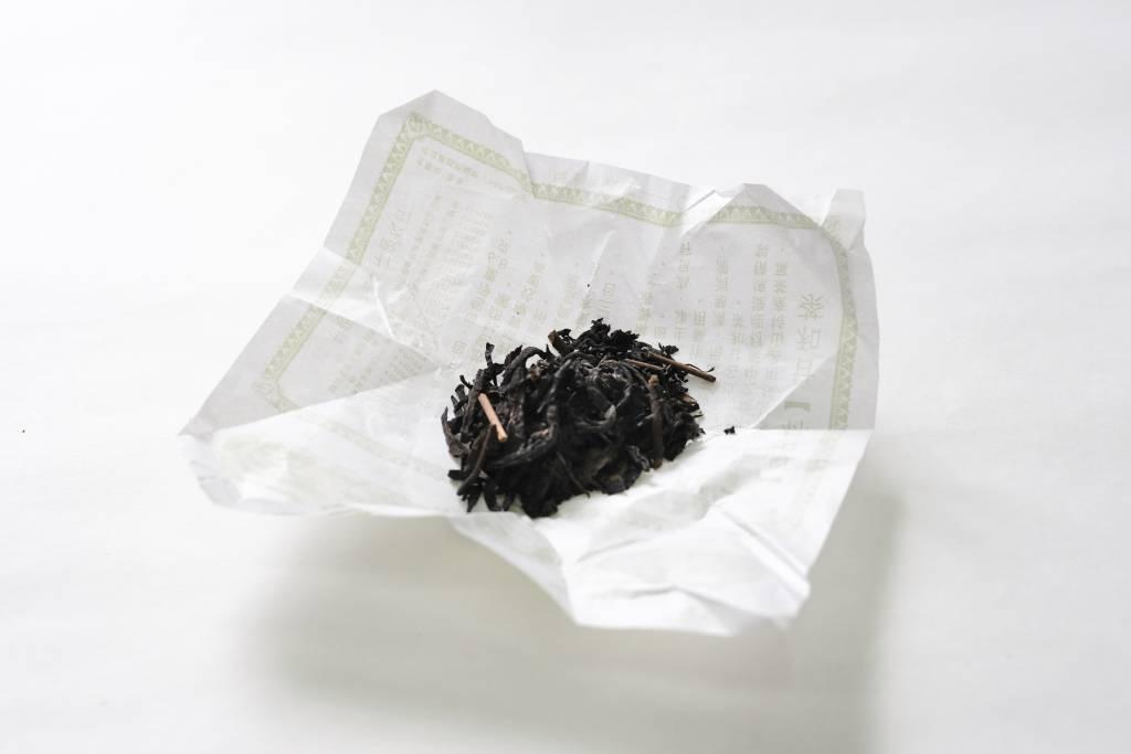 每盒盒仔茶有十小包茶,每包都用蠟紙包好,以防茶葉受潮。其實只要存放得宜,茶能放上二十多年,藥效更顯著。