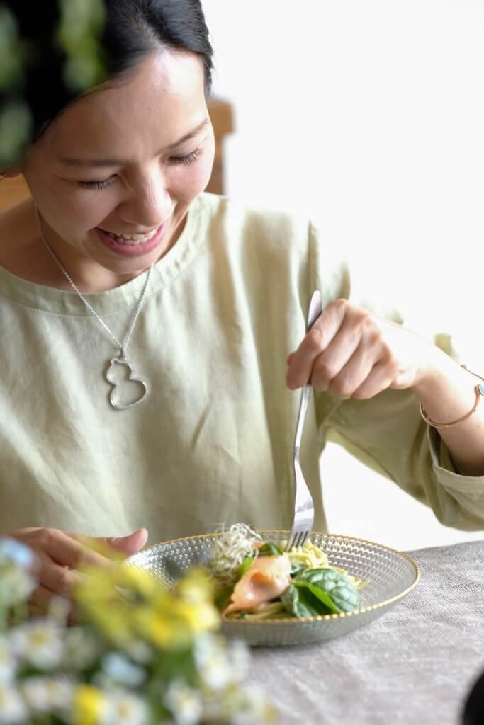 Shadow Kwan 熱愛飲食美學、 東方花藝與茶藝,矢志追求「和、 樂、靜、雅」的人生。
