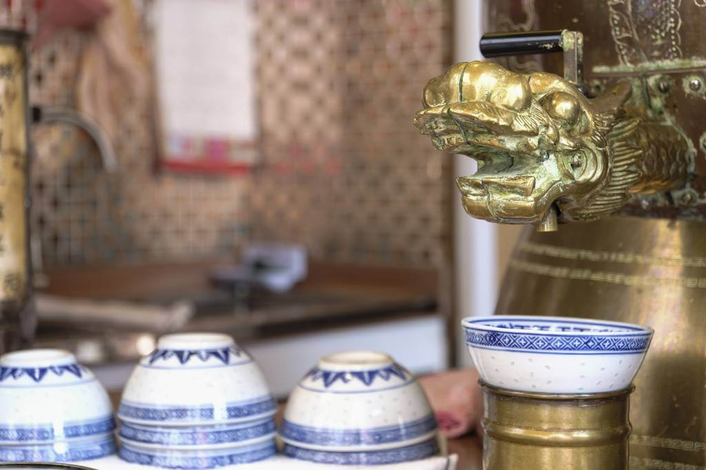 百寶堂的葫蘆狀大銅壺,其水龍頭改裝成金龍頭,取龍頭出水的意象,寓意能大顯神威。難得店家的熱涼茶依然用青花瓷米通碗奉上,非常地道。
