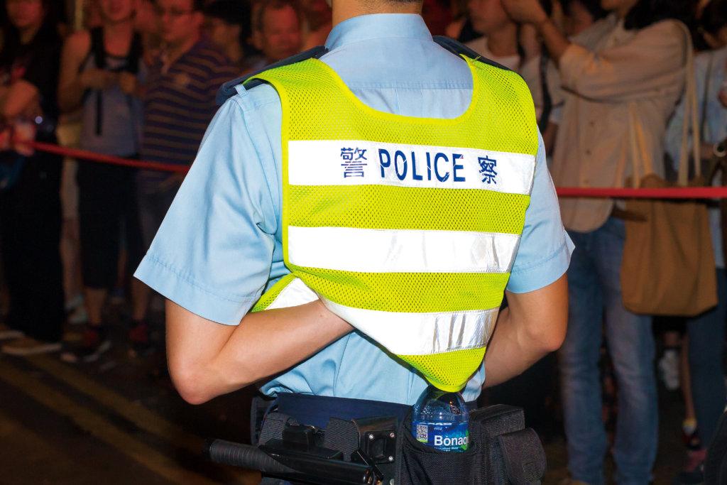 在昔日作品《Yes Madam, Sorry Ah Sir》中,楊德銘記錄了警察在制服和人性之間的張力,然而如今張力不再一樣。