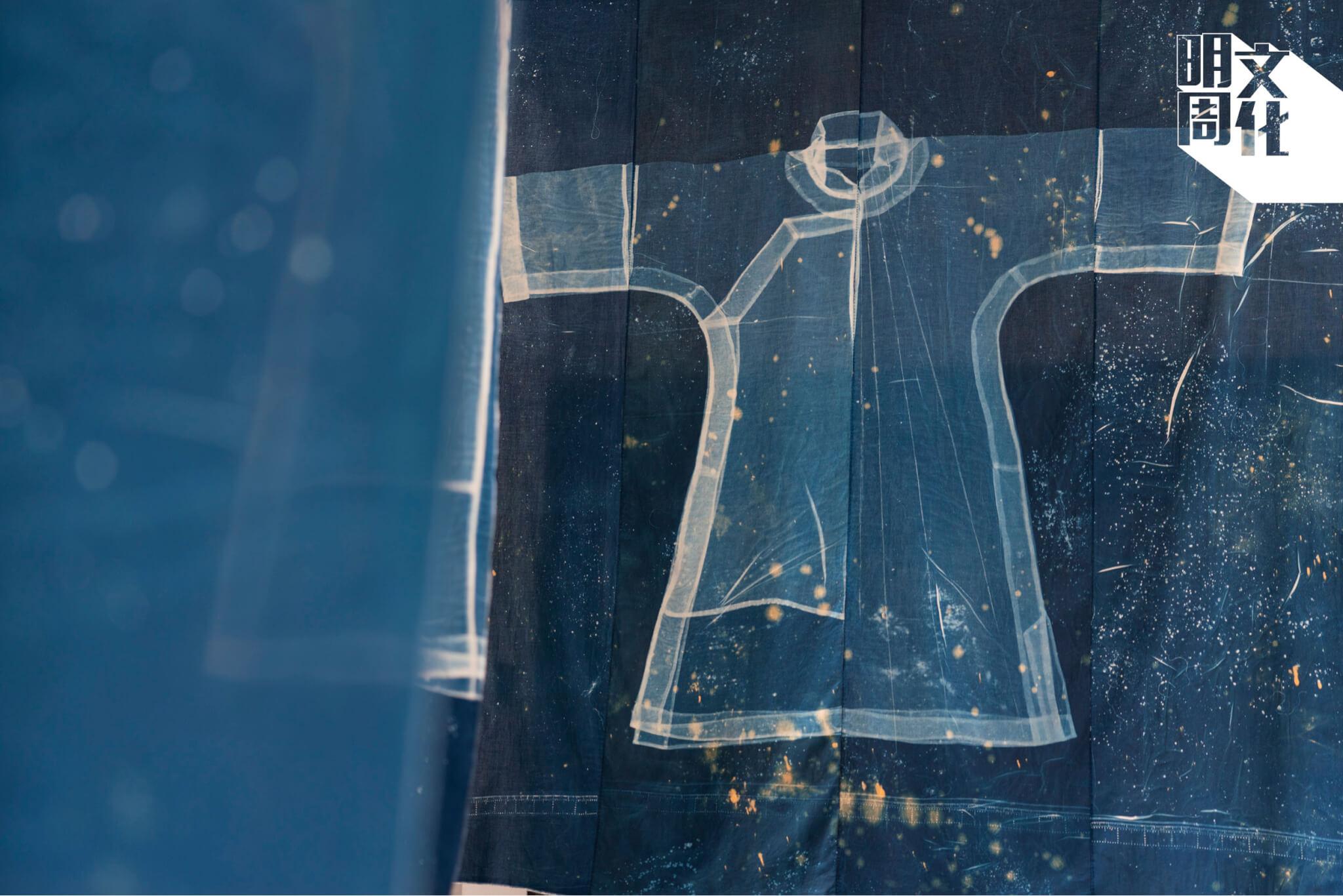 青青老師表示,五幅裁就像《易經》中的八卦。袍身與袖子一氣呵成、兩肩連成一線,是為天卦;裙擺有兩片布,是為地卦。穿上傳統袍服,不單是為了好看,更是穿戴着傳統的智慧與幸福。