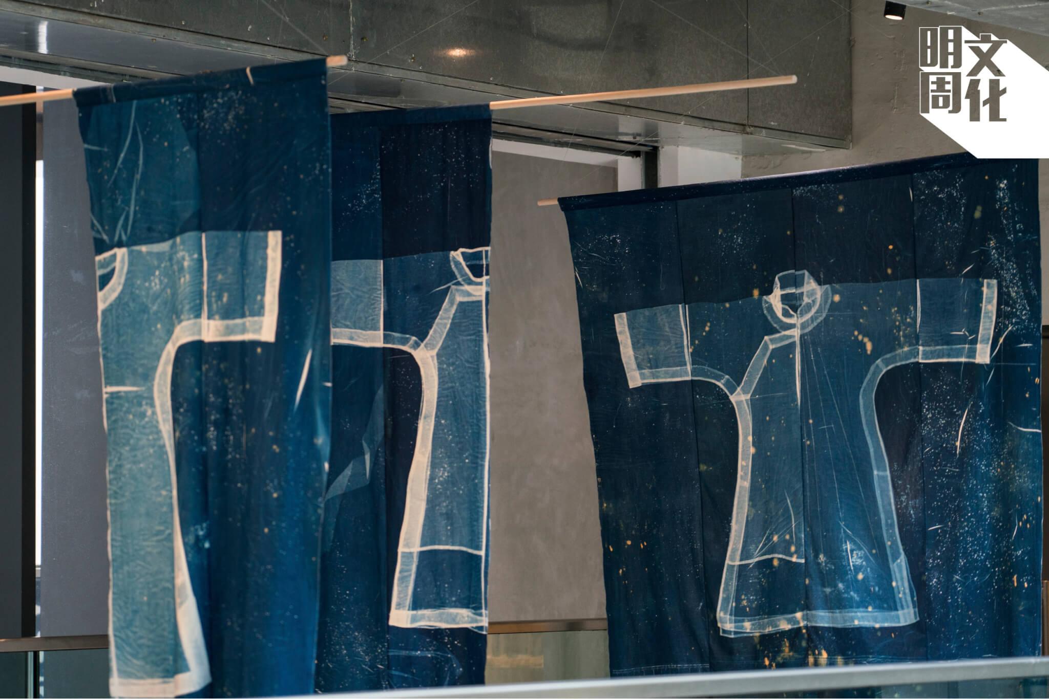 作品上的點點,是嘉玲在完成藍曬曝光後,再用漂白劑和洗衣粉沖曬而成的。她覺得五幅裁和華夏文化就如浩瀚的星空,沒有窮盡。
