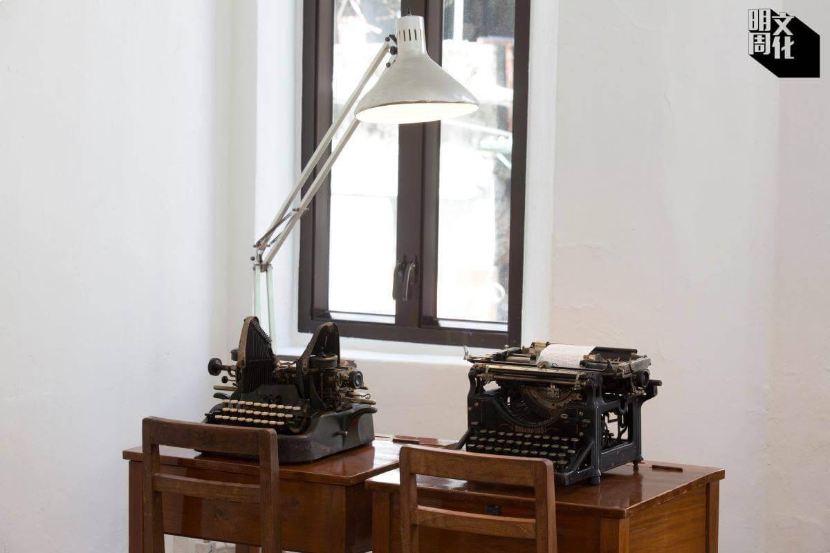 左邊的Oliver 9,字粒排在左右兩邊,形態像一對翼。右邊的Underwood打字機可算是當時的蘋果電腦,也奠定了打字機的基本設計,當年狂賣數百萬部。