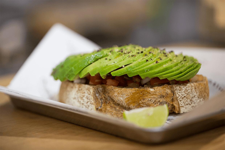 牛油果番茄莎莎醬酸種麵包吐司 // 酸種麵包外皮烤得香脆,配牛油果是常見的組合,但當中的番茄莎莎醬才是重點,拌入了洋蔥及芫荽,入口很清新。($65)