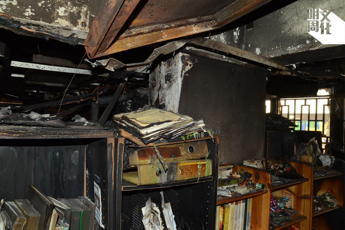 A) 兒子房間的正中間一片燻黑,天花鋁板變形,又有電線銅線外露,加上天花上安裝了喇叭,最初研究時不排除是電力故障引起大火。