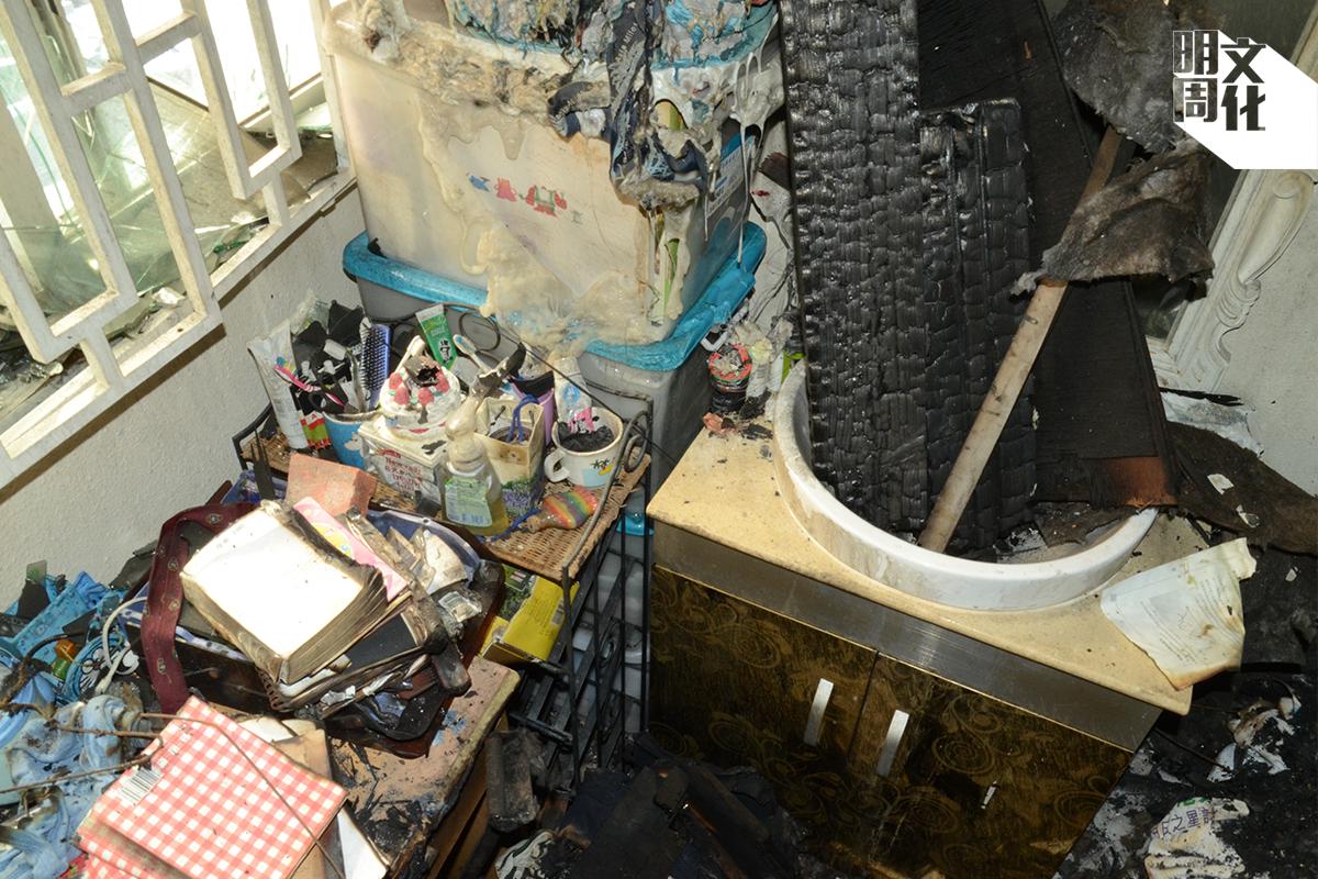 C) 窗邊的膠箱熔化得像嘔吐物,證明這邊的火勢更猛烈。