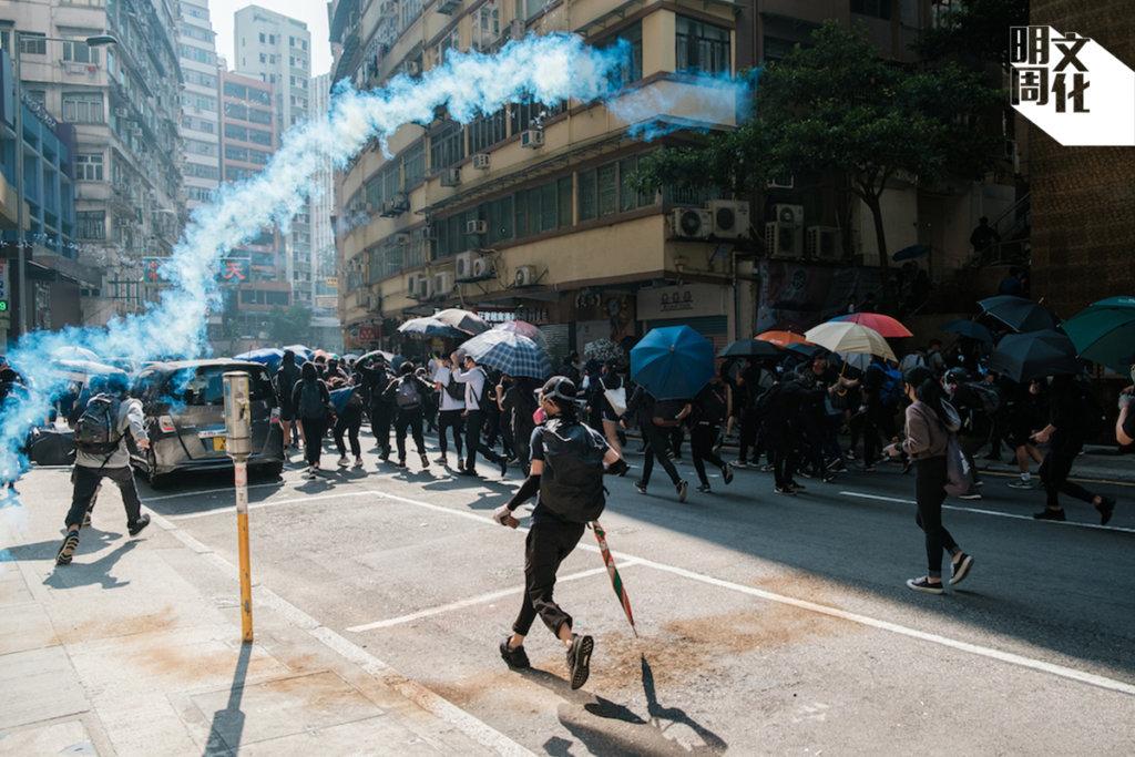 事發當日,本刊攝影記者正好身處現場,記下警方發射催淚彈的一刻。(攝影:梁俊棋)