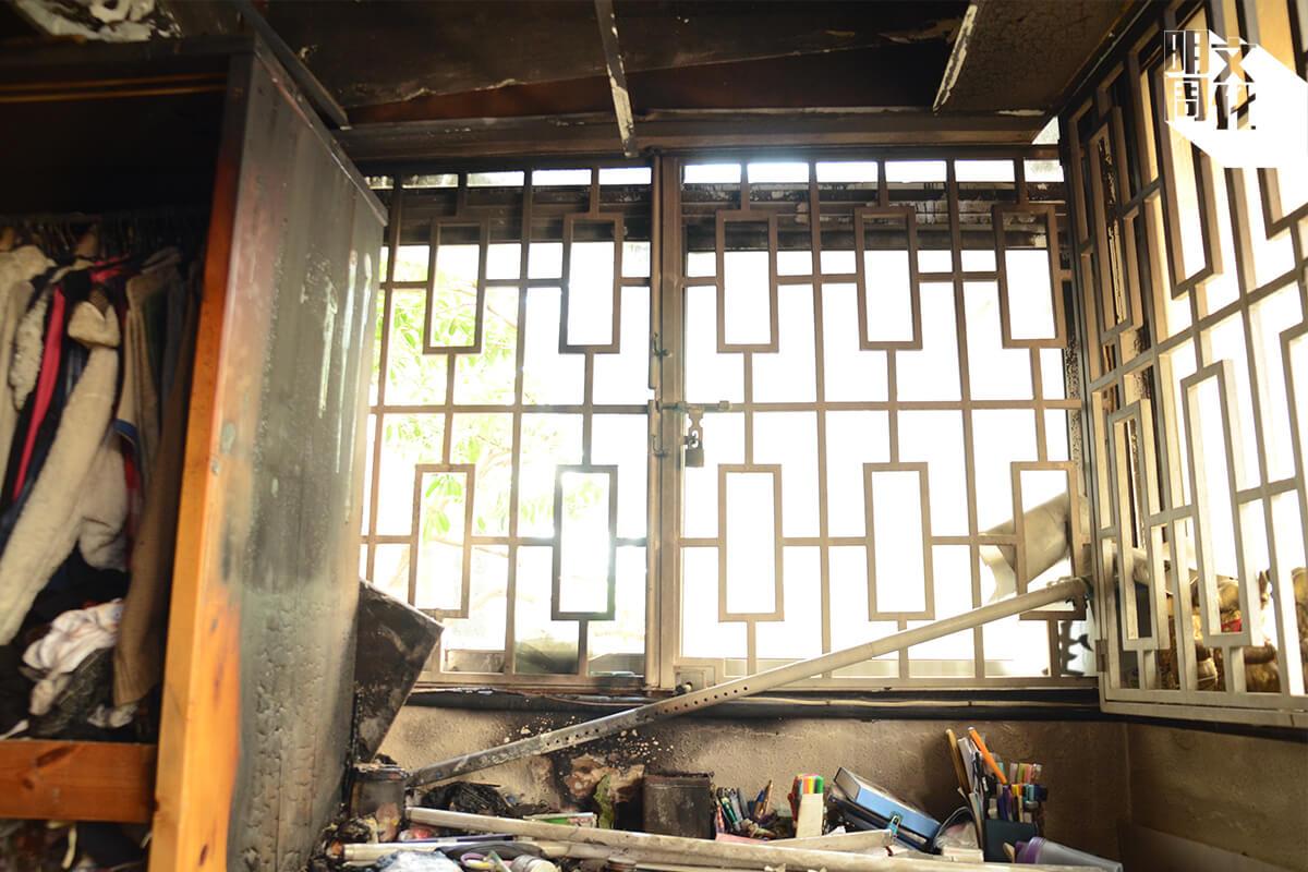 A) 女兒的房間,書桌位置面向轉角位,衣櫃木板嚴重燒焦,乾裂得像煤炭,牆壁上有火羽,說明該處火勢相當猛烈。
