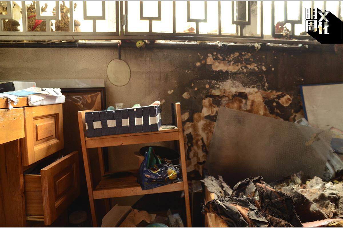 B) 目擊者在街上看見窗戶冒出火舌,該窗戶下方牆壁同樣出現一大片火羽,牆壁燒到見「真皮」,說明這裏的火勢同樣相當猛烈。