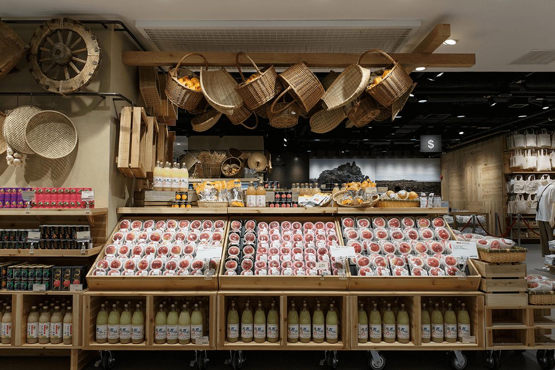 蔬果區面向正門,把是令產物直面來客。現時是日本桃之季節,然後會有蜜瓜、提子。按照季節,換上不同種類及產地的蔬果。