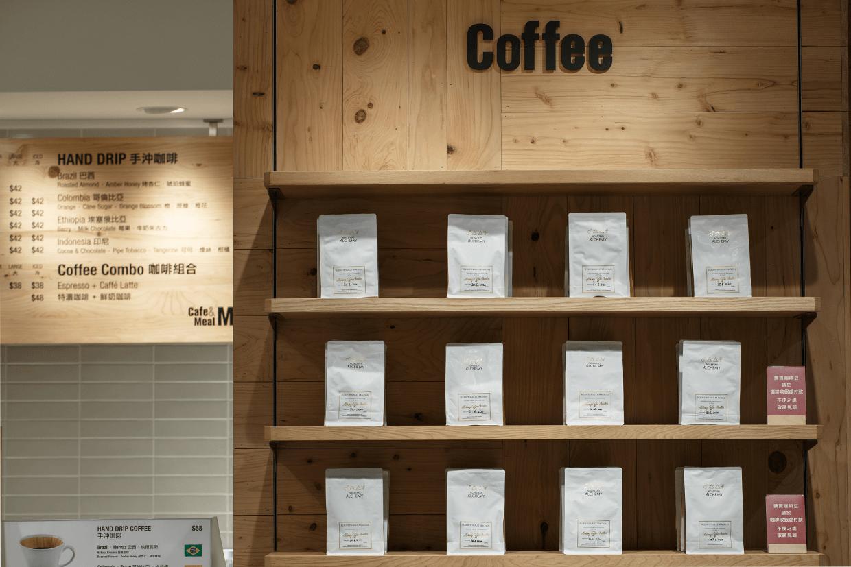 新增的咖啡吧賣啡也賣豆。咖啡豆從農戶手上以公平價錢買入後,再在本地烘焙入袋。
