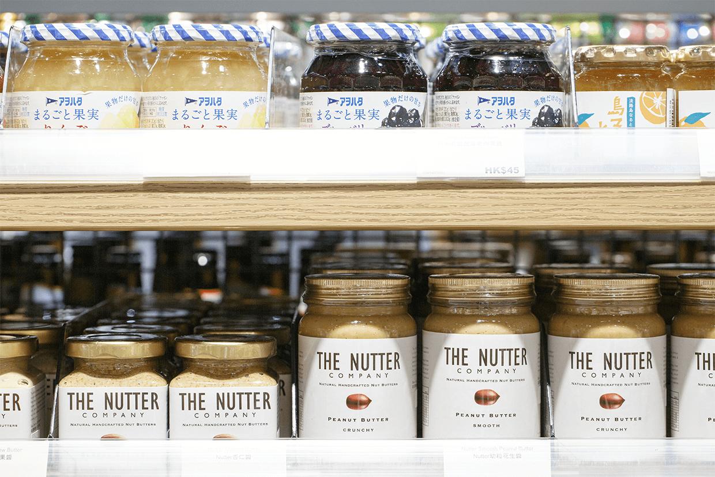 """貨架上充滿""""Made In Hong Kong""""的產物,例如The Nutter的果仁醬,把「土著化」帶到香港社區。"""