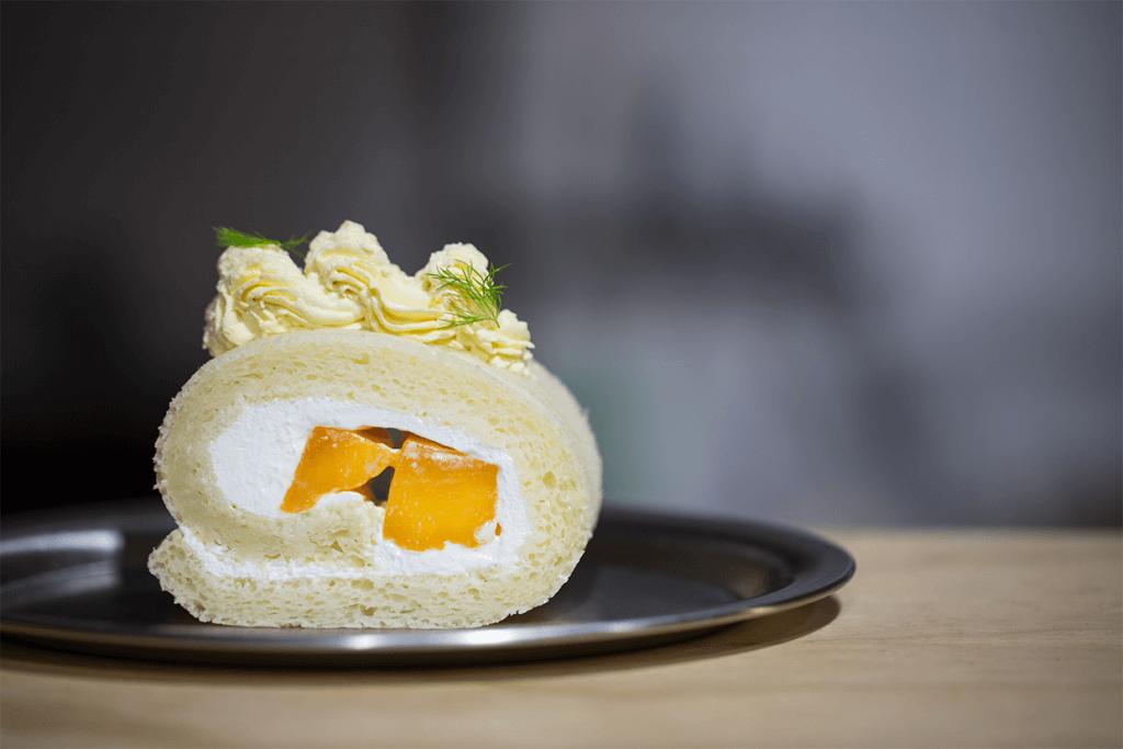 愛文芒純素卷蛋糕 // Tina擅長以時令素材入撰,當造的愛文芒正是其中之一。卷蛋口味常變換,不妨留意moono的Instagram。($52/件,$200/條)