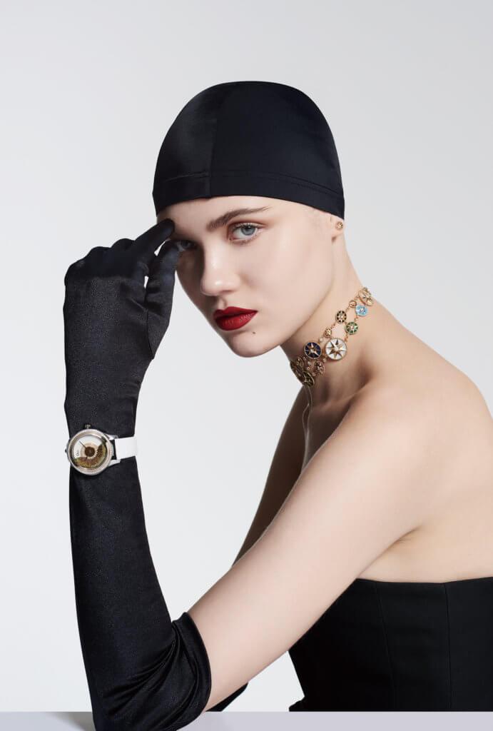 "Mini Rose des Vents耳環配18K黃金及鑽石 $6,300 Rose des Vents短頸鏈配18K黃金配鑽石、珍珠貝母、 青金石、孔雀石、縞瑪瑙、綠松石、虎眼石、紅玉髓及粉 紅蛋白石(售價店洽) Dior Grand Bal Plume 36mm精鋼腕錶配 ""Dior Inverse 11ó"" calibre自動上鍊機芯、18K黃金、鑽石、珍珠貝母 及孔雀羽毛(全球限量88枚)$255,000"