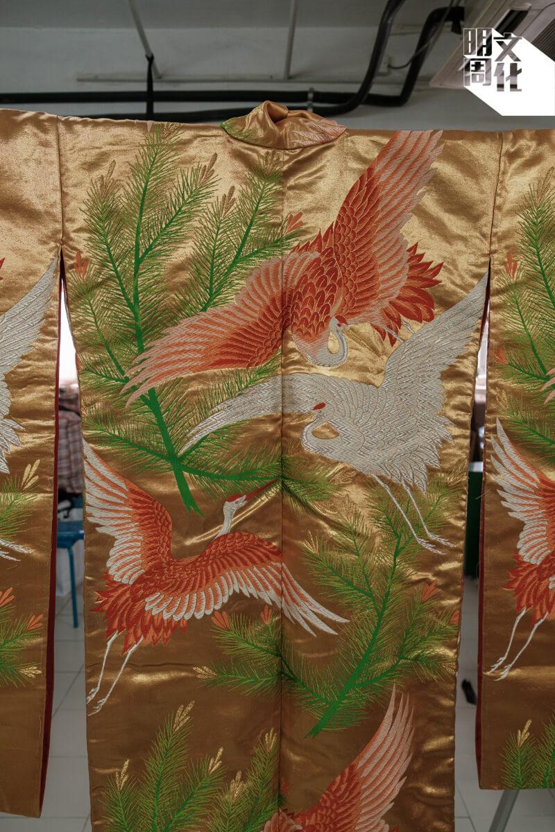 別人到日本旅遊會特意搜購限量版figure,玲姐則會特意看看當地的特色服飾。有一次,她見刺上紅白仙鶴的橘色和服煞是好看,二話不說就買下這沉甸甸的棉製霓裳。手信還沒有買,這服飾已擠滿了半個行李箱。